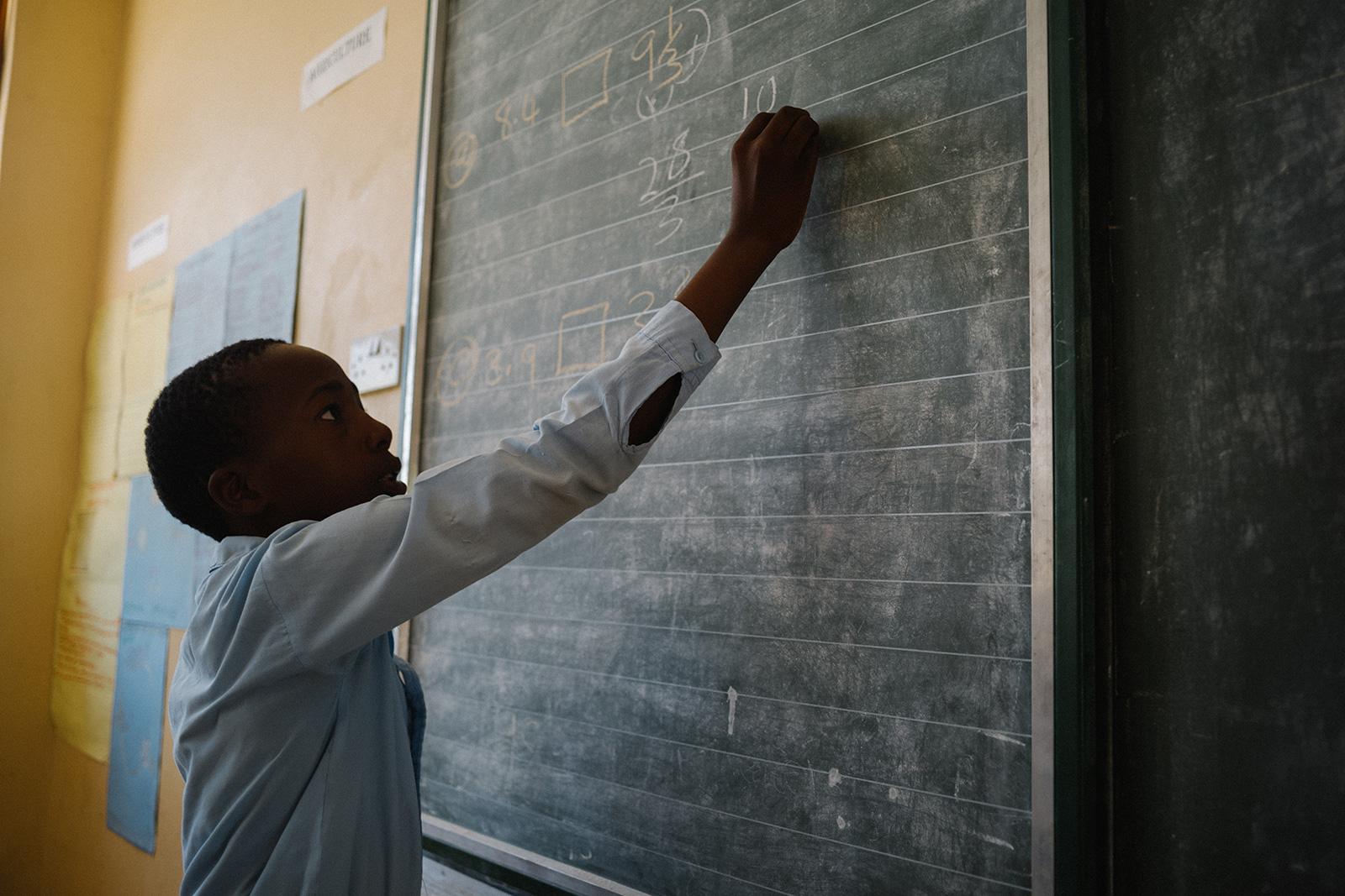 Kind lernt in der Schule Forevermark Bildung